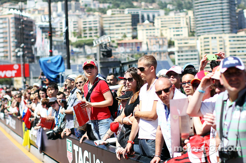 Fans at the pit lane