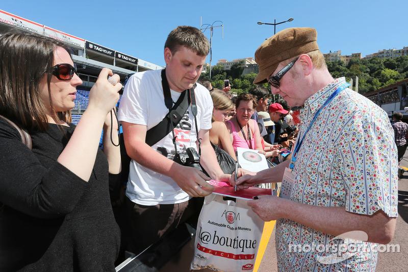 Chris Evans, Broadcaster taraftarlar için imza dağıtıyor