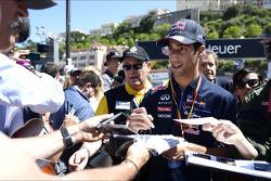 Daniel Ricciardo, Red Bull Racing taraftarlar için imza dağıtıyor