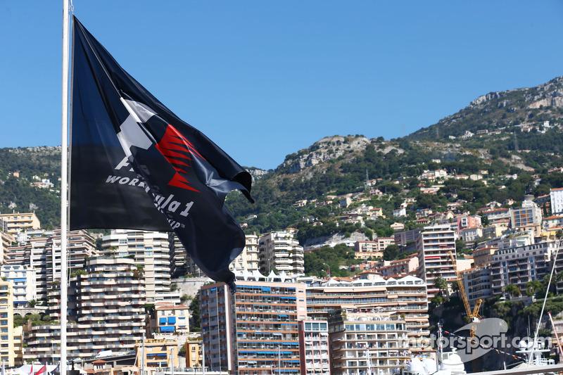 F1 bayrağı doğal Monaco Limanı'nda