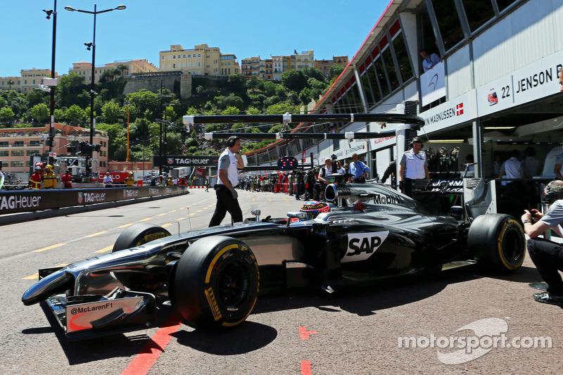 Jenson Button, McLaren MP4-29 lascia i box
