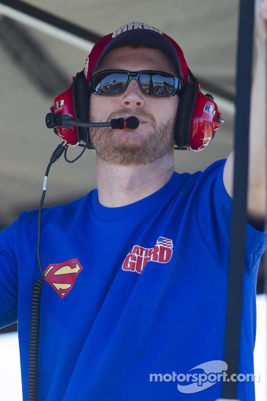 Dale Earnhardt Jr. assiste dos boxes