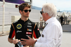 Romain Grosjean, Lotus F1 Team con Charlie Whiting, delegado de la FIA