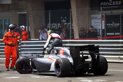 Adrian Sutil, Sauber C33 crashed out of the race