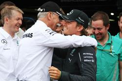 1. Nico Rosberg, Mercedes AMG F1 W05, feiert mit Dr. Dieter Zetsche, Daimler AG, Geschäftsführer; und dem Team