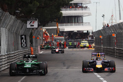 (Da sinistra a destra): Kamui Kobayashi, Caterham CT05 and Sebastian Vettel, Red Bull Racing RB10