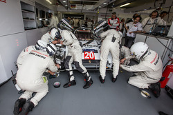 Porsche Team  membros trabalham no #20 Porsche Team Porsche 919 Hybrid