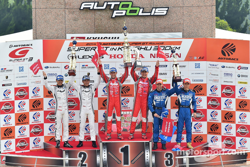 GT500 Podyum: Yarış galipleri Tsugio Matsuda, Ronnie Quintarelli, ikinci sıra Masataka Yanagida, Sat