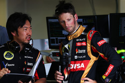 Romain Grosjean, Lotus F1 Team; Ayao Komatsu, Lotus F1 Team, Renningenieur