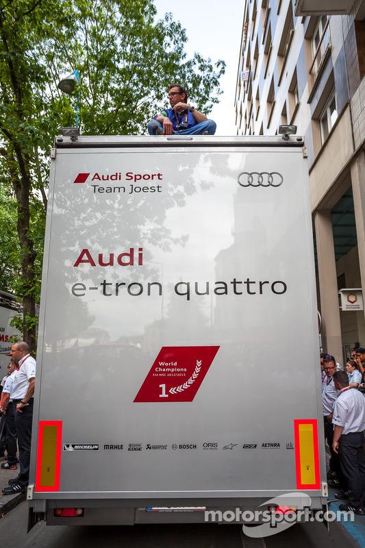 Fotógrafo da Audi no alto de caminhão de transporte