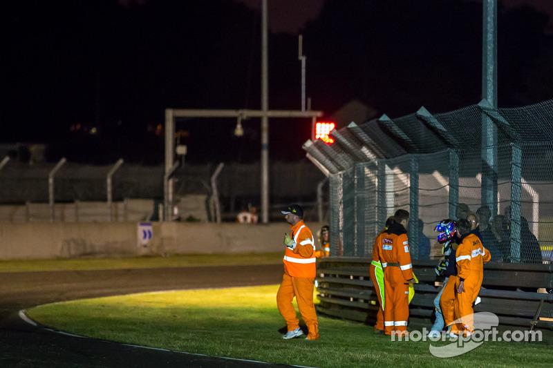 Fernando Rees Çarşamba sıralamaları esnasında Porsche virajında yaptığı kaza sonrası aracından çıkıy