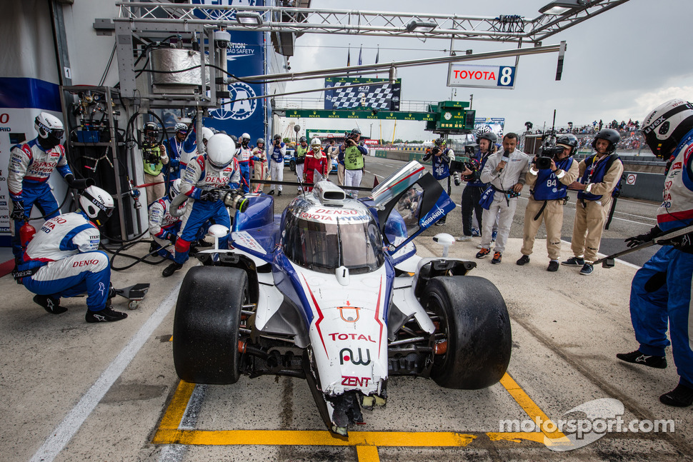 #8 Toyota Racing Toyota TS 040 - Hybrid: Anthony Davidson, Nicolas Lapierre, Sébastien Buemi comes back with heavy damage