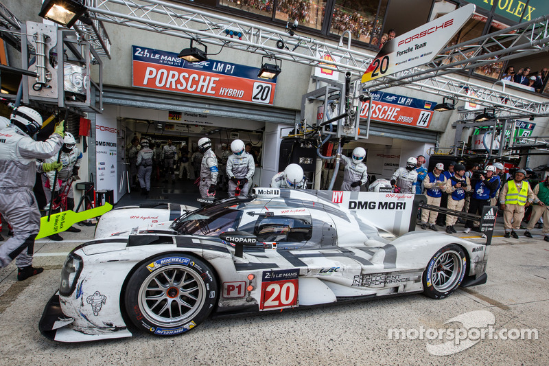 #20 Porsche Team Porsche 919 Hybrid: Timo Bernhard, Mark Webber, Brendon Hartley entra nos boxes, com problemas mecânicos