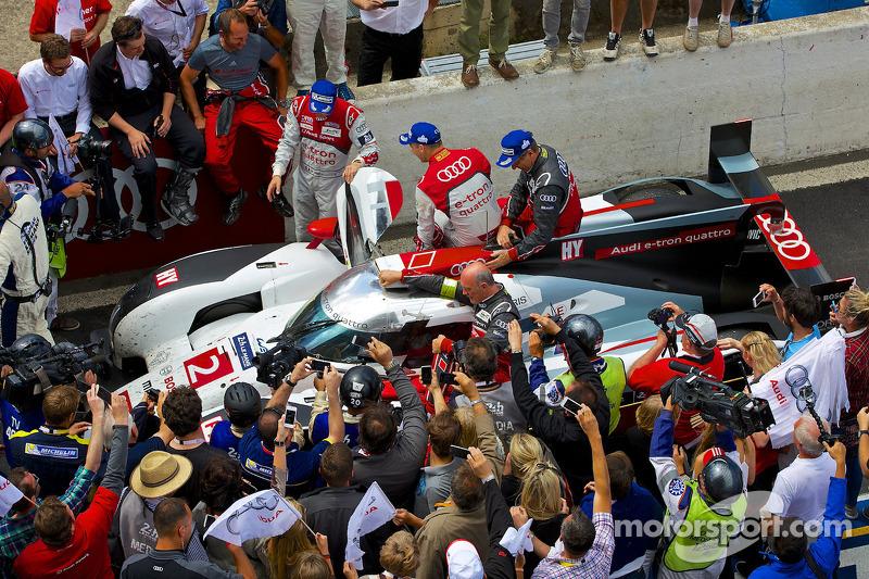 #2 奥迪运动部 Joest 奥迪 R18 E-tron Quattro: 在获胜后驶回维修区
