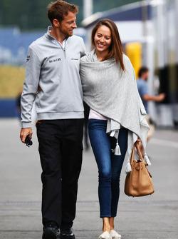 迈凯轮车队的简森·巴顿和女友道端杰西卡