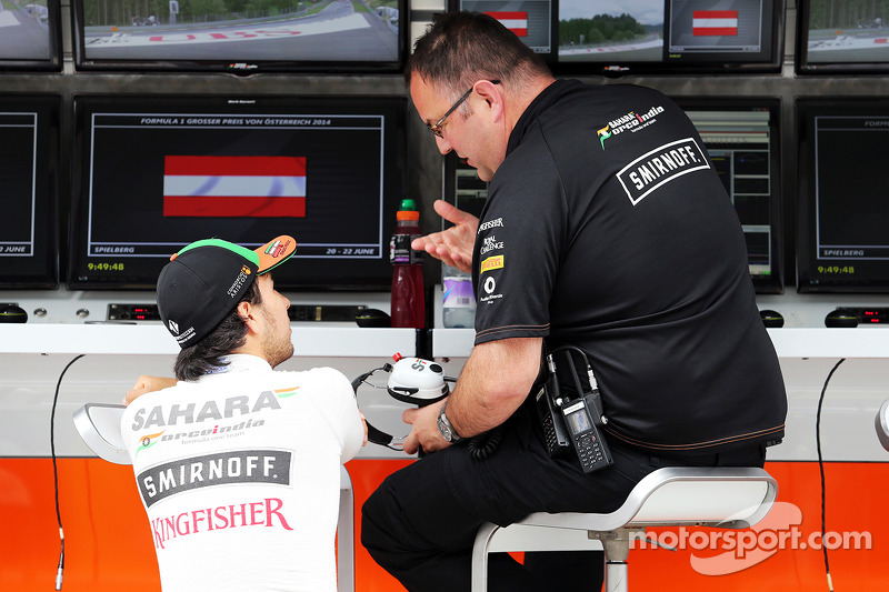 Sergio Perez, Sahara Force India F1 VJM07, con Tom McCullough, Sahara Force India F1 Team Chief Engi