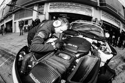 Schubert Motorsport takım üyeleri çalışıyor