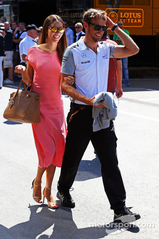 Jenson Button, McLaren, mit Freundin, Jessica Michibata (JPN)
