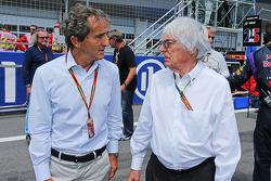 (Da sinistra a destra): Alain Prost, sulla griglia di partenza con Bernie Ecclestone (GBR)