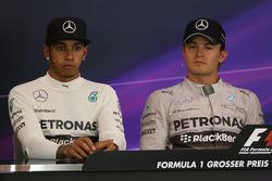 Lewis Hamilton, Mercedes AMG F1, e seu companheiro de equipe Nico Rosberg, da Mercedes AMG F1, na coletiva de imprensa pós corrida da FIA