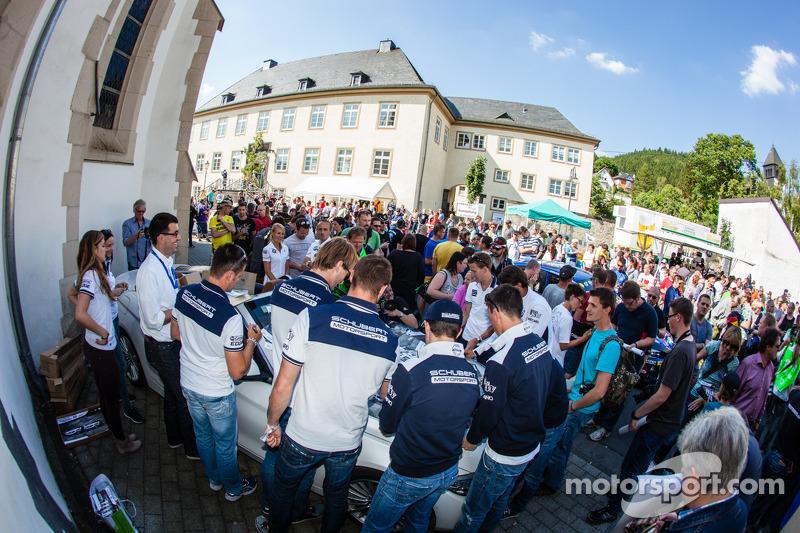Claudia Hürtgen, Jens Klingmann, Dominik Baumann, Martin Tomczyk, Lucas Luhr, Dirk Müller, Alexander Sims ve Dirk Werner imza dağıtıyor