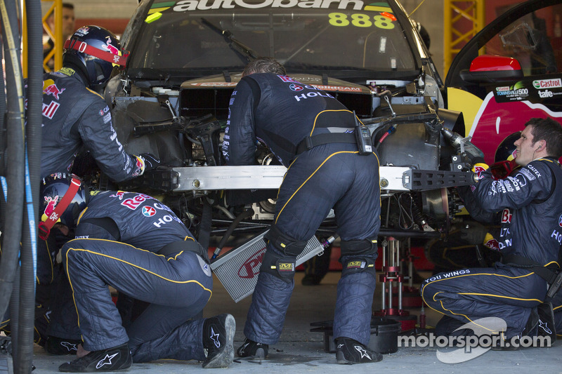 Problemi per Craig Lowndes, Red Bull Holden