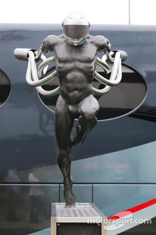 Skulptur im Fahrerlager