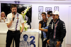 Felipe Massa, Williams celebra su GP número 200 con Rob Smedley, Williams Director de rendimiento del vehículo, wifer Rafaela Bassi e hijo Felipinho Massa