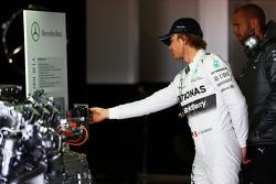 Nico Rosberg, Mercedes AMG F1 guarda un motore Mercedes