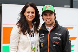 (Esquerda para direita): Hannah White, radialista, vendedor e aventureiro, com Sergio Perez, Sahara Force India F1