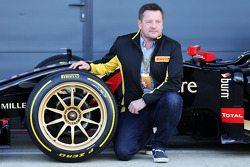 Paul Hembery, Pirelli Motorsport-directeur en de Lotus F1 E22 met nieuwe 18 inch Pirellibanden en -velgen