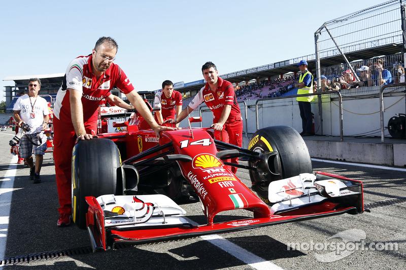 Ferrari F14-T pit alanında itiliyor