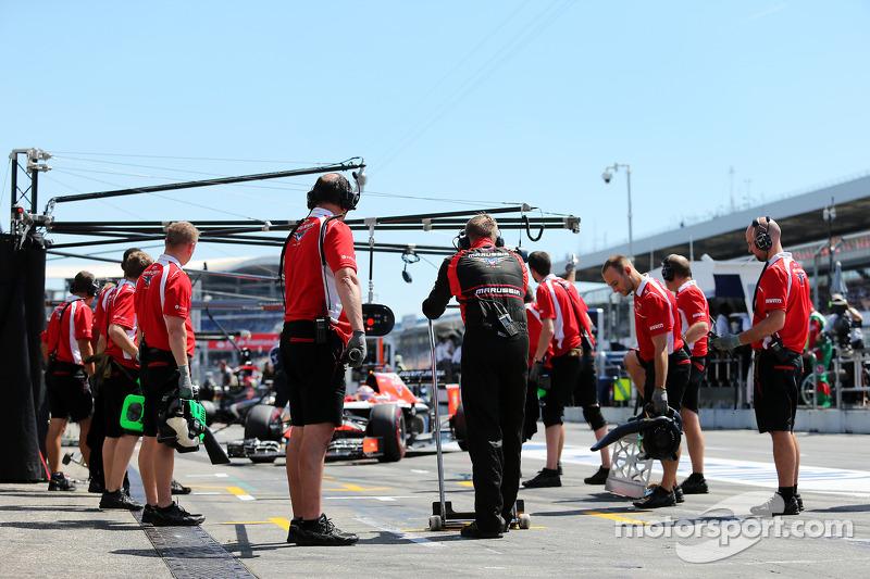 玛鲁西亚F1车队MR03赛车车手朱尔斯·比安奇在维修站