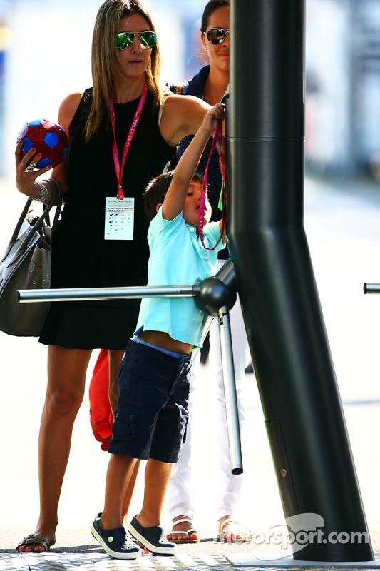 Rafaela Bassi, esposa de Felipe Massa, Williams, com seu filho Felipinho Massa