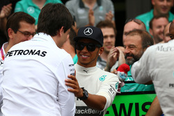 Lewis Hamilton, Mercedes AMG F1, e Toto Wolff, Mercedes AMG F1 Acionista e Diretor Executivo