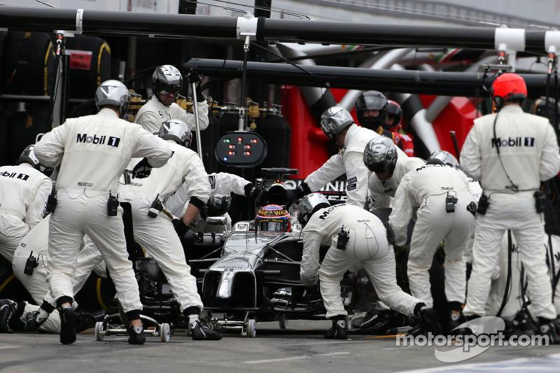 Jenson Button, McLaren F1 Team durante un pitstop