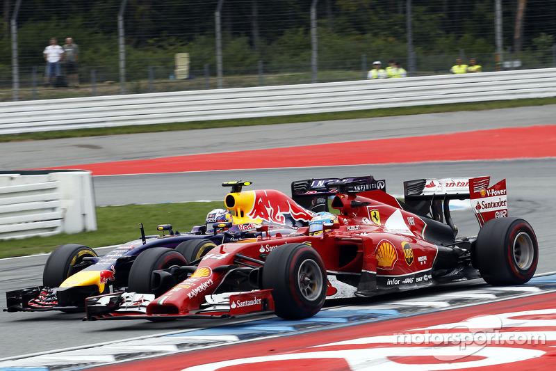 Fernando Alonso, Ferrari F14-T ve Daniel Ricciardo, Red Bull Racing RB10 pozisyon için mücadele ediyor