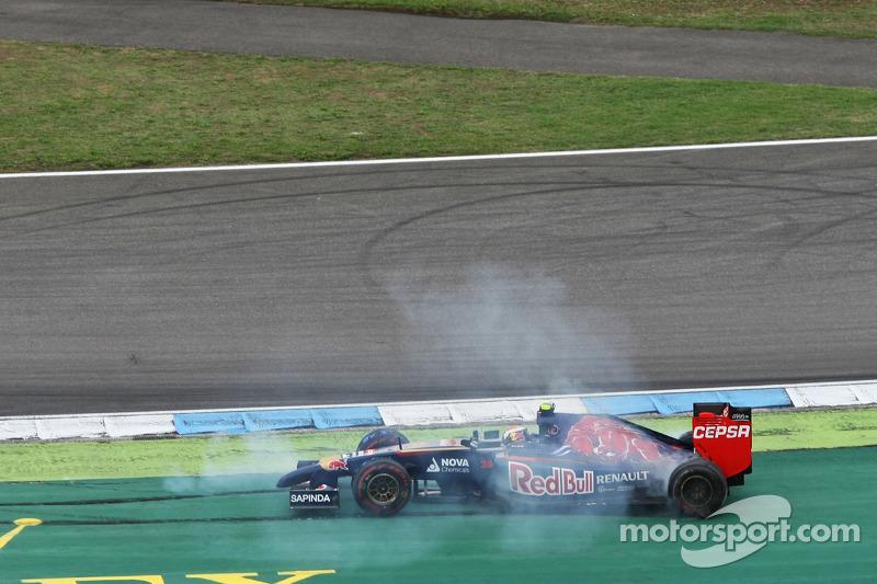 Daniil Kvyat, Scuderia Toro Rosso STR9 ve Sergio Perez, Sahara Force India F1 VJM07 temas yaşıyor ve