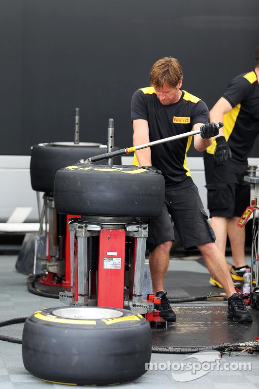 Mechaniker von Pirelli bei der Arbeit