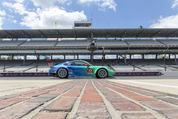 #17 Team Falken Tire, 保时捷 911 GT3 RSR: 沃尔夫·亨泽尔, 布莱恩·塞勒斯