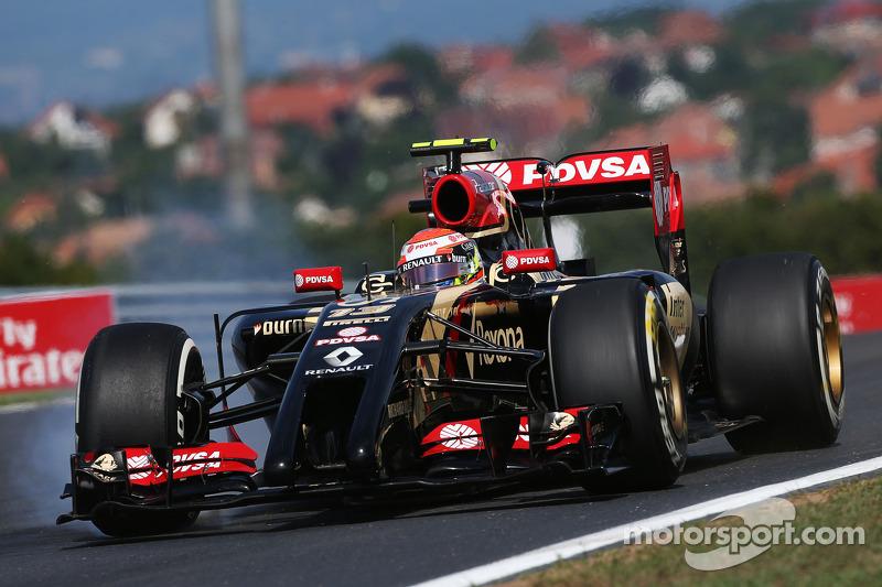 Pastor Maldonado, Lotus F1 frenleme altında lastiklerini kilitliyor