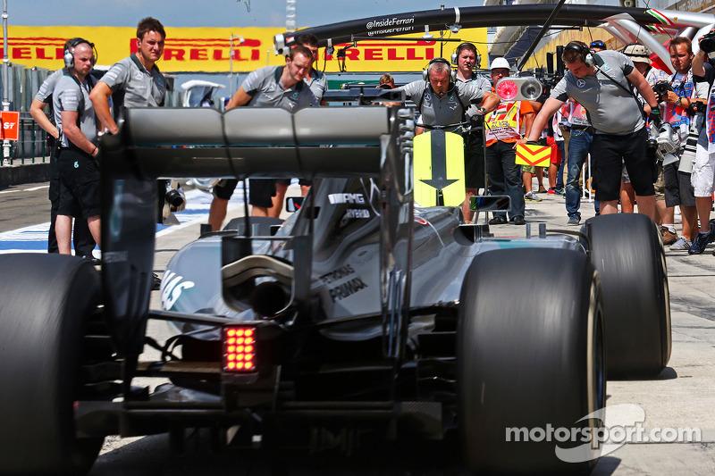 Nico Rosberg, Mercedes AMG F1 W05 in the pits