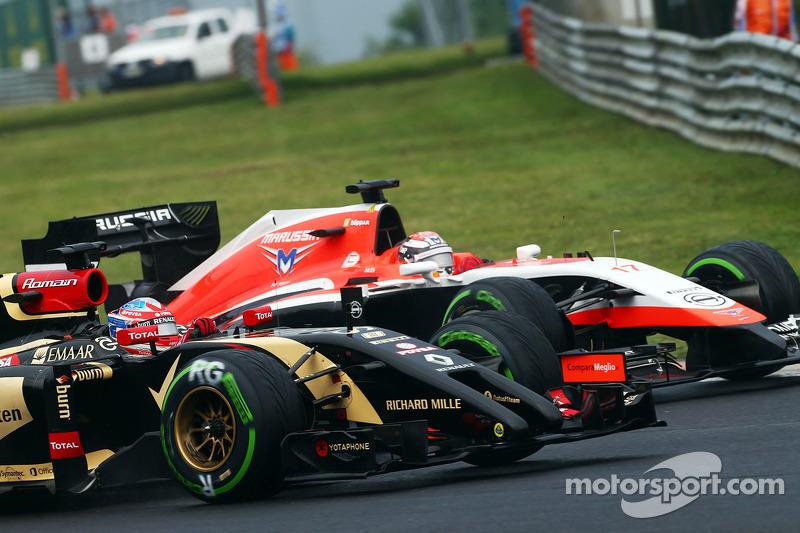 Romain Grosjean, Lotus F1 E22 ve Jules Bianchi, Marussia F1 Takımı MR03 pozisyon için mücadele ediyo