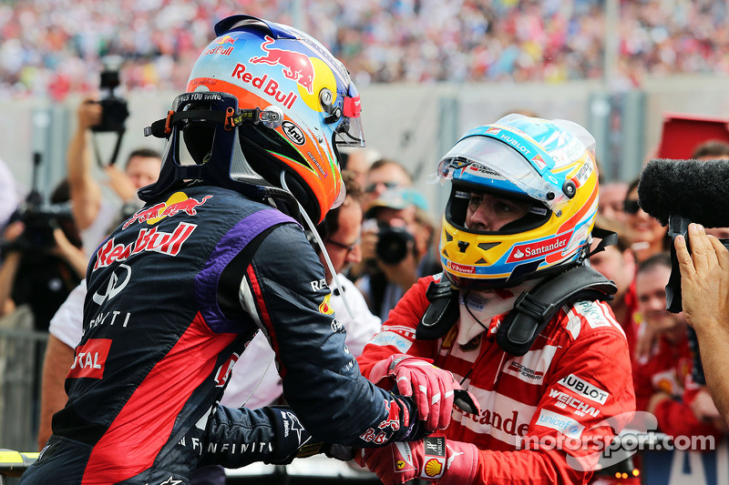 Daniel Ricciardo, Red Bull Racing celebrates with second placed Fernando Alonso, Ferrari in parc fer