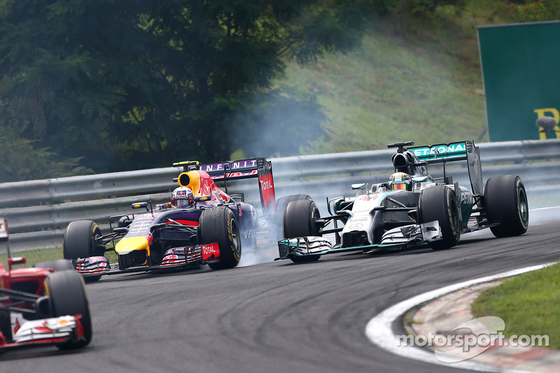 Daniel Ricciardo, Red Bull Racing RB10 and Lewis Hamilton, Mercedes AMG F1 W05