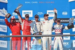 Podio: vincitore Jose Maria Lopez, secondo posto di Robert Huff, terzo posto Yvan Muller