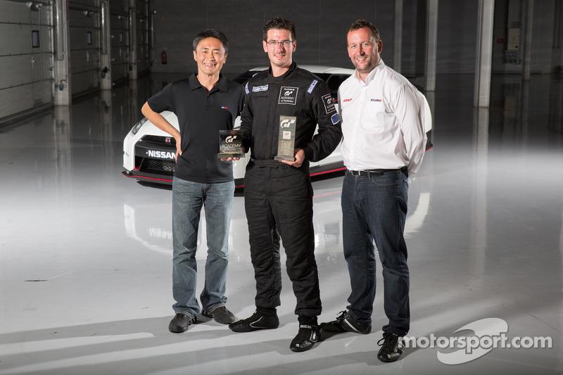 Gran Turismo yapımcısı Kazunori Yamauchi, 2014 GT Akademi kazananı Gaëtan Paletou ve NISMO Marka Kür