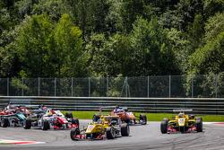 起步: Tom Blomqvist, Jagonya Ayam和Carlin Dallara F312 大众,和Antonio Giovinazzi, Jagonya Ayam和Carlin Dallara F312 大众