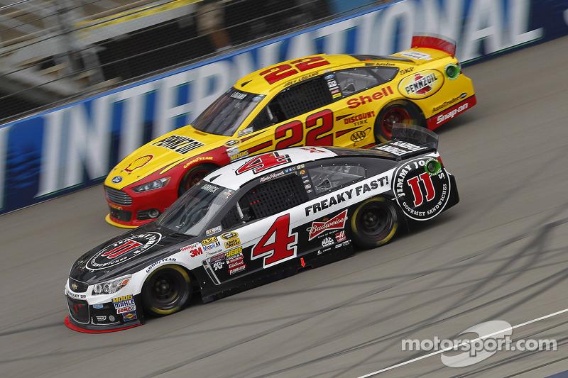 Joey Logano, Penske Ford e Kevin Harvick, Stewart-Haas Racing Chevrolet