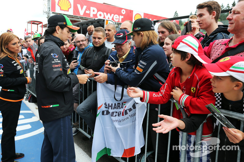 Sergio Perez, Sahara Force India F1, firma autografi ai fan